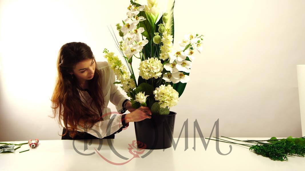 Elegancka kompozycja ze sztucznych kwiatów