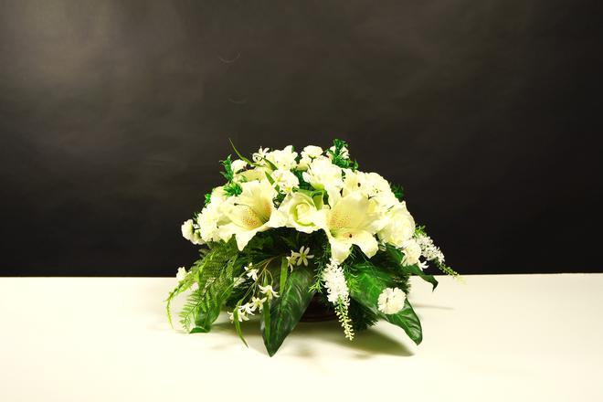 Biała kompozycja nagrobna z lilią i różą