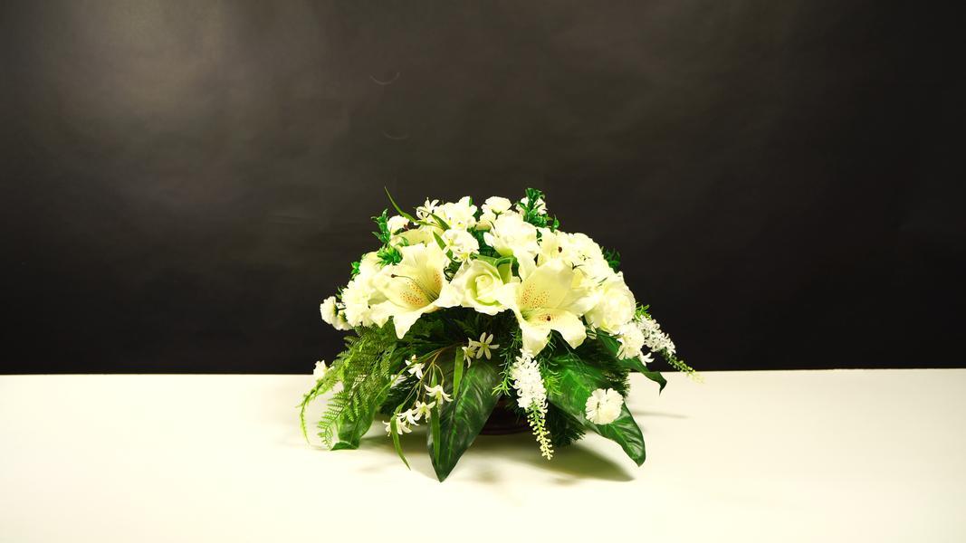 Elegancka kompozycja nagrobna z białą lilią i różą