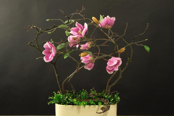 Kompozycja ze sztucznych kwiatów magnolii