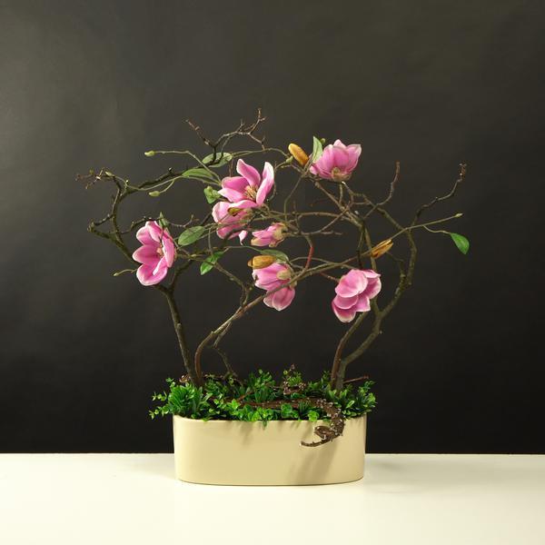 Biurowa kompozycja ze sztucznych kwiatów magnolii