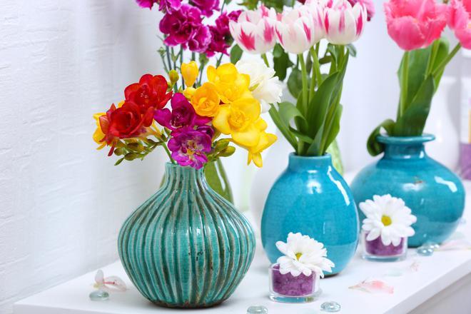 Sztuczne kwiaty do wazonu - najmodniejsze propozycje na lato 2020