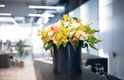 kompozycje kwiatowe w restauracjach