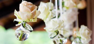wiszace aranżacje z kwiatów sztucznych