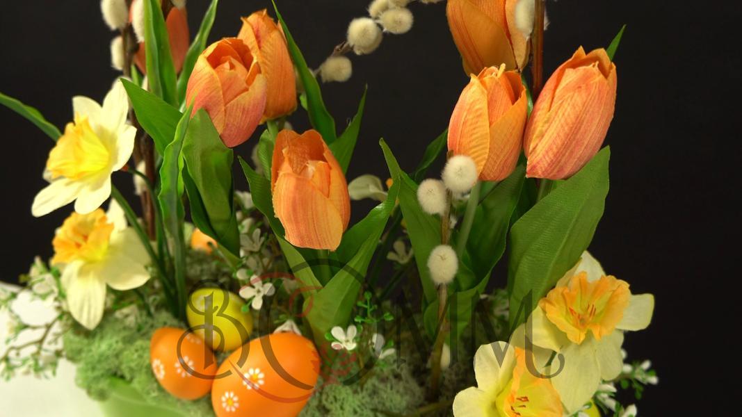 Wielkanocna dekoracja ze sztucznych tulipanów i żonkili